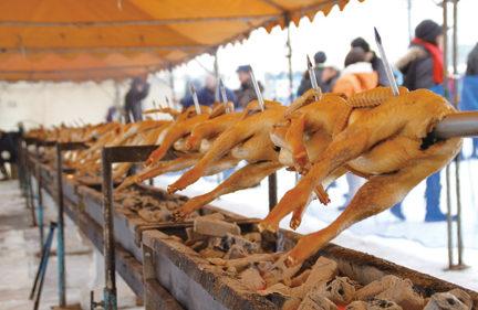 〈大館市〉比内とりの市 ▷比内地鶏の丸焼きに行列がずらり