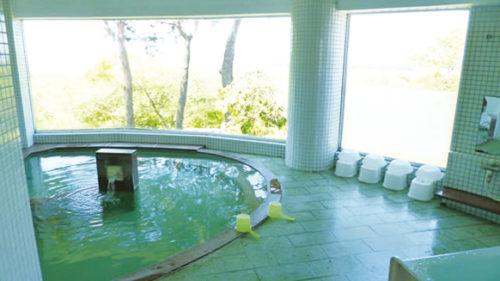 〈井川町〉定住促進センター「 国花苑」 ▷男鹿の山々を見渡せる浴場もあり