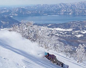 〈仙北市〉たざわ湖スキー場 ▷モーグルW杯の舞台にもなるゲレンデ