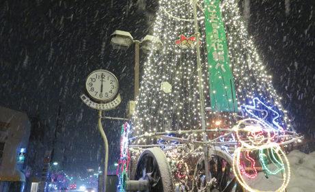 〈鹿角市〉鹿角花輪駅前巨大クリスマスツリー ▷華やかに彩った巨大ツリーが出現
