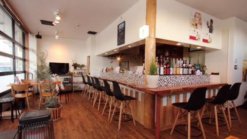 炭火の居酒屋 マナイタ ▷15:00開店で早くから楽しめる 地場産食材を使った居酒屋