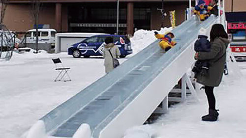 〈秋田市〉なかいちアイスパーク  ▷氷の滑り台のほか、イベントも多数
