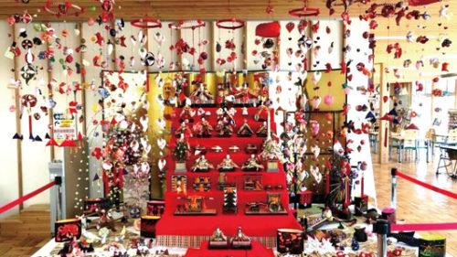 〈にかほ市〉ひな人形・つるし雛展示▷華やかなひな人形とつるし雛を展示