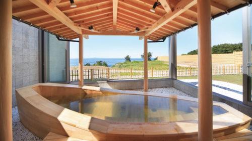 〈八峰町〉八森いさりび温泉 ハタハタ館▷日本海を一望できる浴槽が自慢