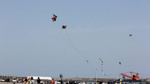 〈能代市〉第54回 能代凧揚げ大会 ▷県内各地の伝統凧が空を舞う
