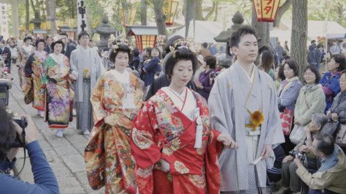 〈能代市〉能代鎮守日吉神社 中の申祭宵祭 嫁見まつり ▷打掛姿の女性が家内安全と無病息災を祈る伝統行事