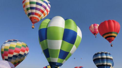 〈横手市〉2019秋田スカイフェスタ ▷GWの風物詩 大空に高く舞う色とりどりの熱気球