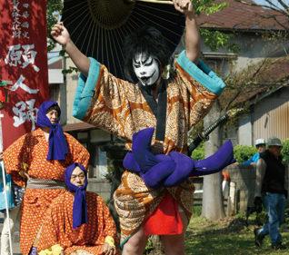 〈八郎潟町〉願人踊 ▷エネルギッシュな踊りを繰り広げる