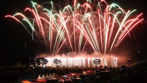 〈北秋田市〉北秋田市 米代川花火大会 ▷鮮やかな光と音が夜空で舞い踊る