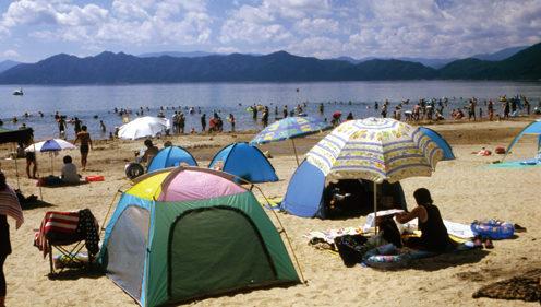 〈仙北市〉田沢湖遊泳場オープン▷白浜が美しい田沢湖で湖水浴を