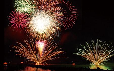 〈小坂町〉第54回 十和田湖湖水祭り▷直径300mの火が夜空と湖面を彩る