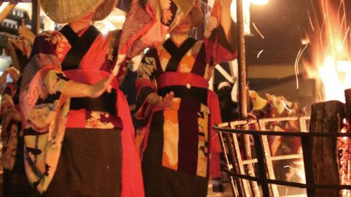 〈羽後町〉西馬音内盆踊り ▷踊り手と囃子方、かがり火が繰り広げる夢幻の世界
