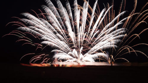 第71回 にかほ市花火大会 ~新時代への音と光のメッセージ~▷県内有数の花火大会を目指し内容を一新! 6部構成の華麗な「花火ショー」を展開する