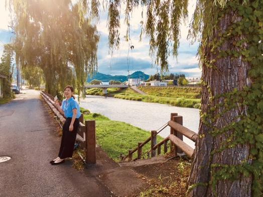 〈大仙市〉丸子橋沿いの柳の木▷行き交う人々を癒す大きな柳の木