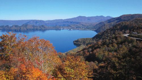 〈小坂町〉十和田湖・紫明亭展望台▷縁起の良い展望台から紅葉を眺めて