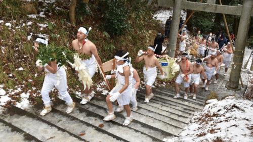 〈由利本荘市〉新山神社裸まいり▷長い歴史を持つ真冬の奇祭 勇壮な若衆が神社を目指す