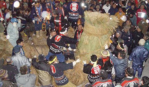 〈大仙市〉刈和野の大綱引き▷直径80cmの綱を引き合う伝統行事