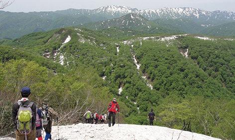〈八峰町〉世界自然遺産白神山地二ッ森▷広大な白神山地を眺めてホッと一息