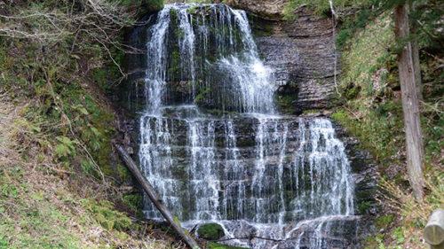 〈上小阿仁村〉五反沢大滝▷道路からも見える地層×滝の景観美