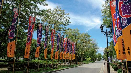 〈小坂町〉明治百年通りのアカシア▷アカシアのある夏景色とともに明治の街並み散策を