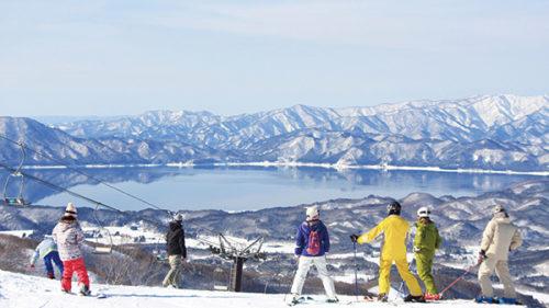 〈仙北市〉たざわ湖スキー場▷田沢湖を眺めながら滑走できる