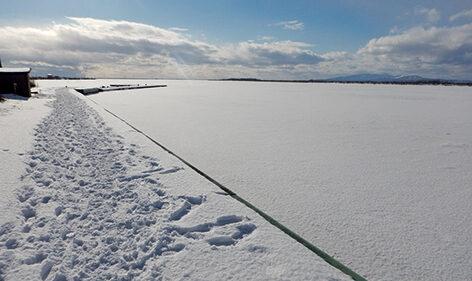〈八郎潟町〉八郎湖▷結氷した湖の情景は冬ならでは!