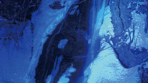 〈藤里町〉峨瓏大滝 ライトアップ▷冬こその感動体験! 神秘的な青の世界を見に行こう