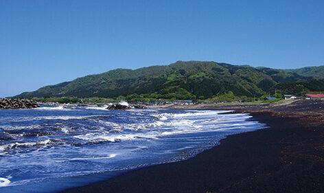 〈八峰町〉ブラックサンドビーチ▷ハワイに似た黒い砂浜を見に行こう