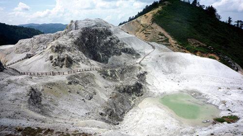 〈湯沢市〉川原毛地獄▷灰白色の溶岩に覆われた山肌が