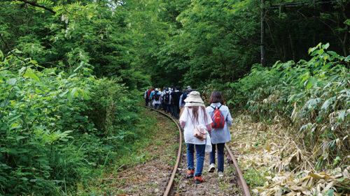 〈大館市〉ONSEN・ガストロノミーウォーキングin秋田犬の里おおだて▷線路を歩く全国でも珍しい体験を