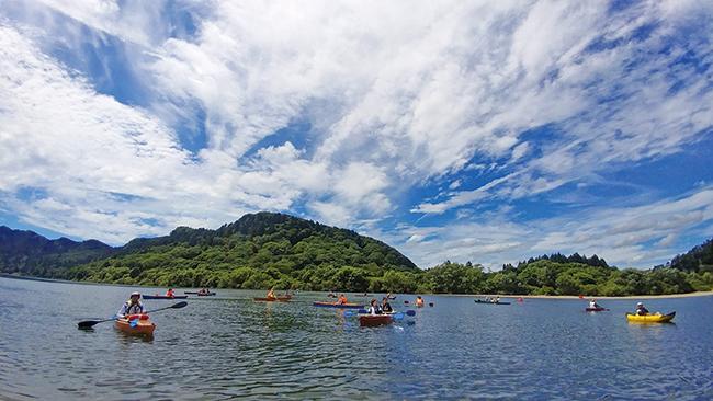 〈能代市〉龍の気が満ちる!パワースポットで楽しむ米代川カヌー体験▷現地でもオンラインでもカヌー体験
