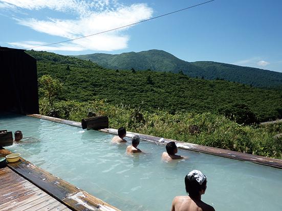 〈東成瀬村〉須川温泉 栗駒山荘▷大自然が見渡せるパノラマ露天風呂