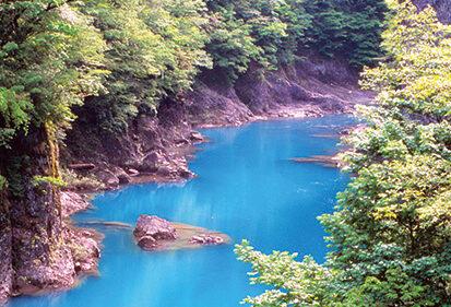 〈仙北市〉抱返り渓谷▷コバルトブルーの渓流に心奪われる