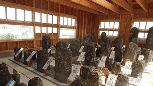 〈八郎潟町〉小池板碑群 こいけいたびぐん▷仏を表す梵字が刻まれた板碑群